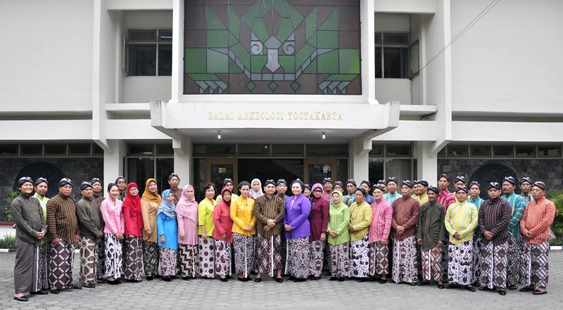 Karyawan Balai Arkeologi DI Yogyakarta menggunakan pakaian adat